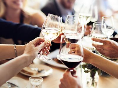Besucher einer Veranstaltung in Tadten prosten sich mit Weingläsern zu