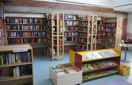 Bücherregale in der Gemeindebücherei Tadten