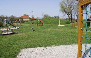 Spielgeräte auf dem Spielplatz Tadten