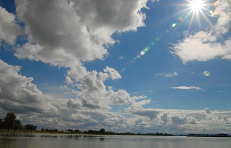 Zicksee unter blauem Himmel mit Wolken